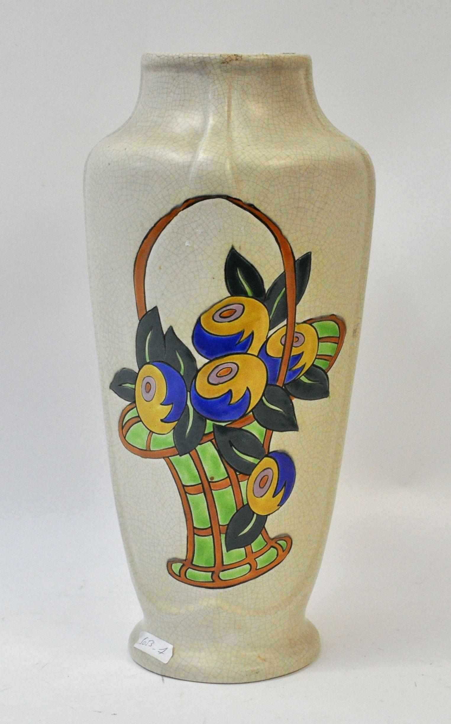 Een art deco vaas van crackleware met een gestileerde bloemenkorf op de buik. Onderaan gemerkt.