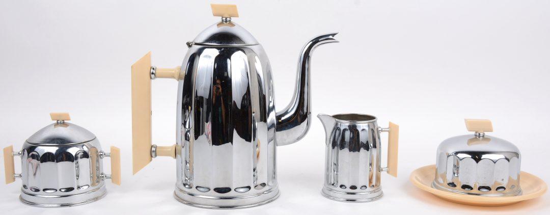 Set zilverkleurig tafelservies uit het interbellum. Bestaande uit een koffiepot, een melkkan,een suikerpot en een botervlootje. metaal met kunstoffen handvaten.
