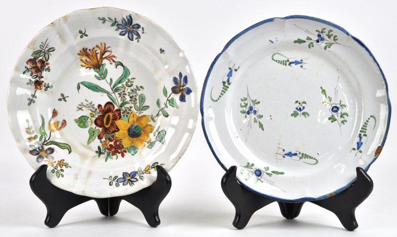 Een diep en een plat bord van polychroom aardewerk. Het eerste met een pleine-page decor van bloemen, onderaan gemerkt M. Kumma 1914, het tweede met veldbloemen. Oost-Frankrijk.