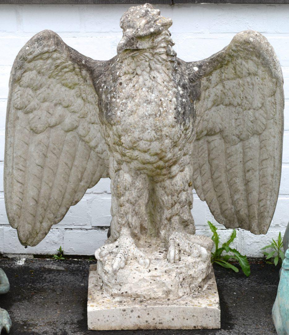 Een stenen tuinbeeld in de vorm van een adelaar.