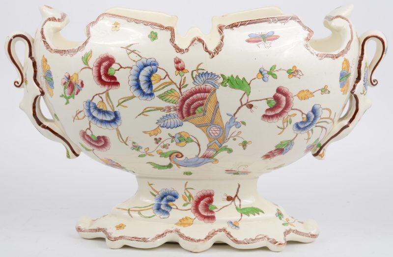 Een siercoupe van meerkleurig aardewerk, versierd met een decor van bloemenranken en vlinders.
