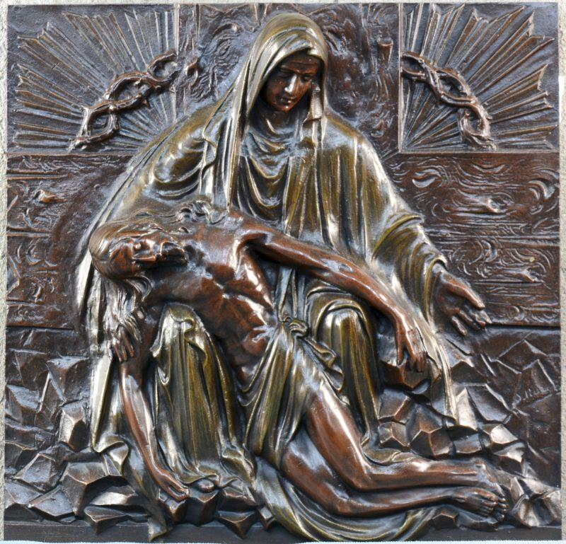 """""""Piëta."""" Reliëf in gegoten brons. Onleesbaar gesigneerd."""