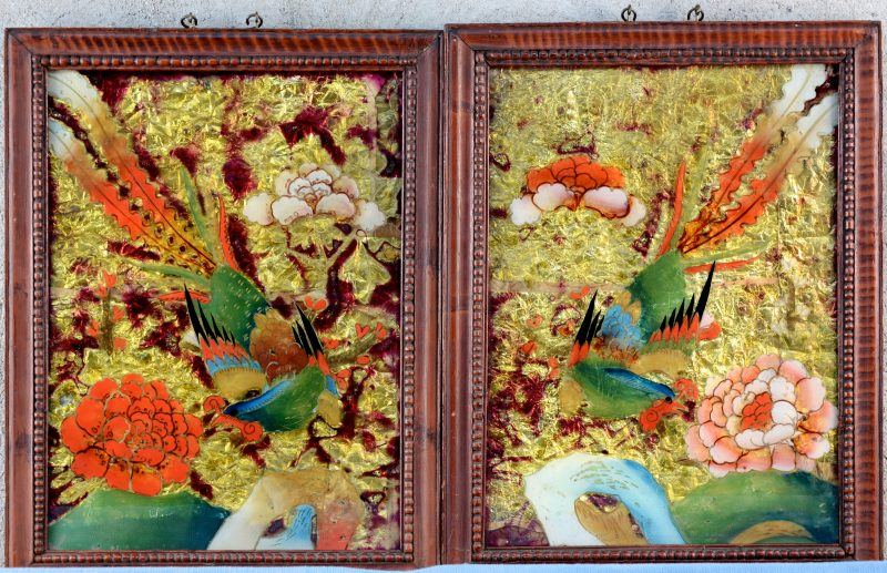 Twee antieke Chinese églomisés met een decor van vogels. Afkomstig uit het Museum van Scheut.