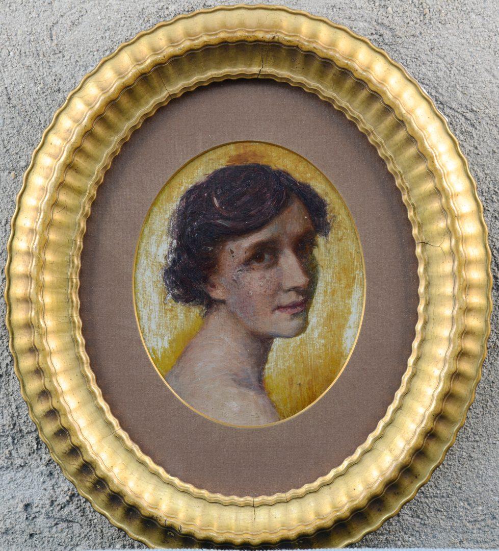 """""""Portret van een jonge dame"""". Olieverf op doek op een paneeltje. Omstreeks 1900."""
