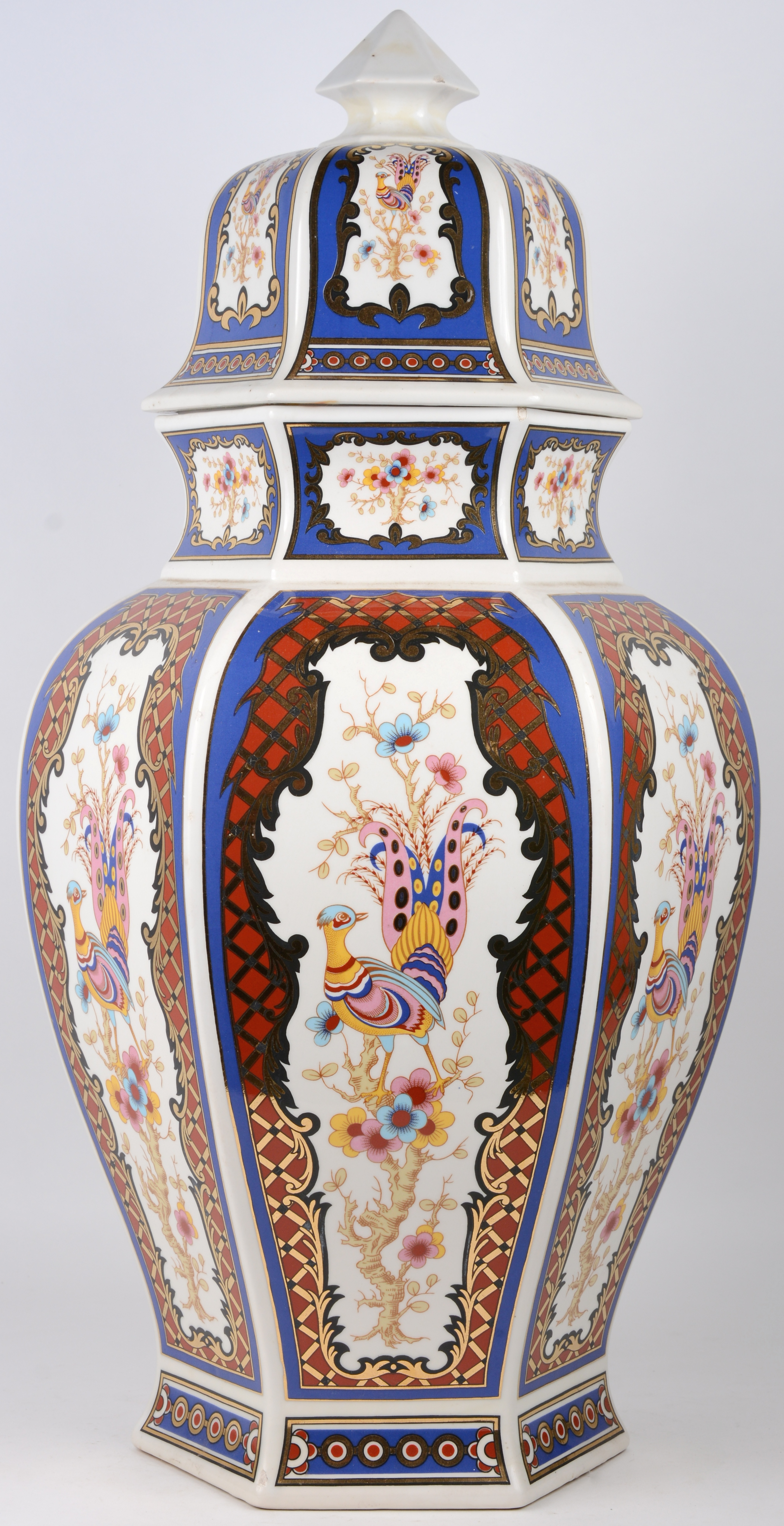 Een grote porseleinen dekselvaas met polychroom decor naar Japans voorbeeld.