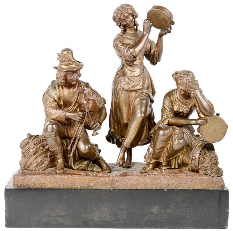 """""""Drie muzikanten"""". Een groep van bruingepatineerd brons op arduinen sokkel."""