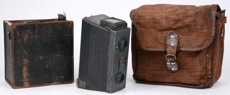 """""""Le Glyphoscope"""". Een oude fotocamera met platen en in tasje. Omstreeks 1904."""