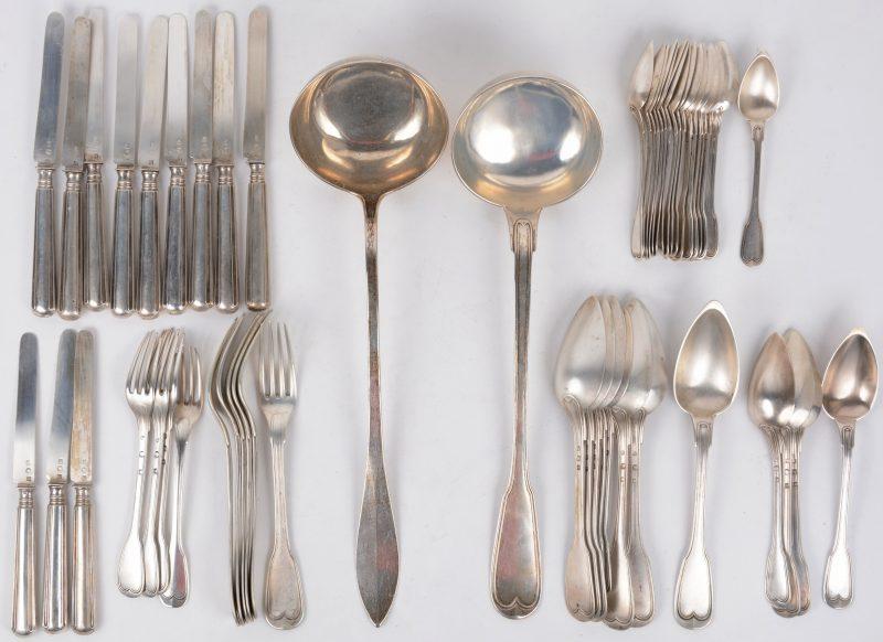 Een lot zilveren bestek, bestaande uit twee pollepels, zes grote lepels, zes kleine lepels, zeventien koffielepels, zes grote vorken, vier kleine vorken en twaalf kleine messen.