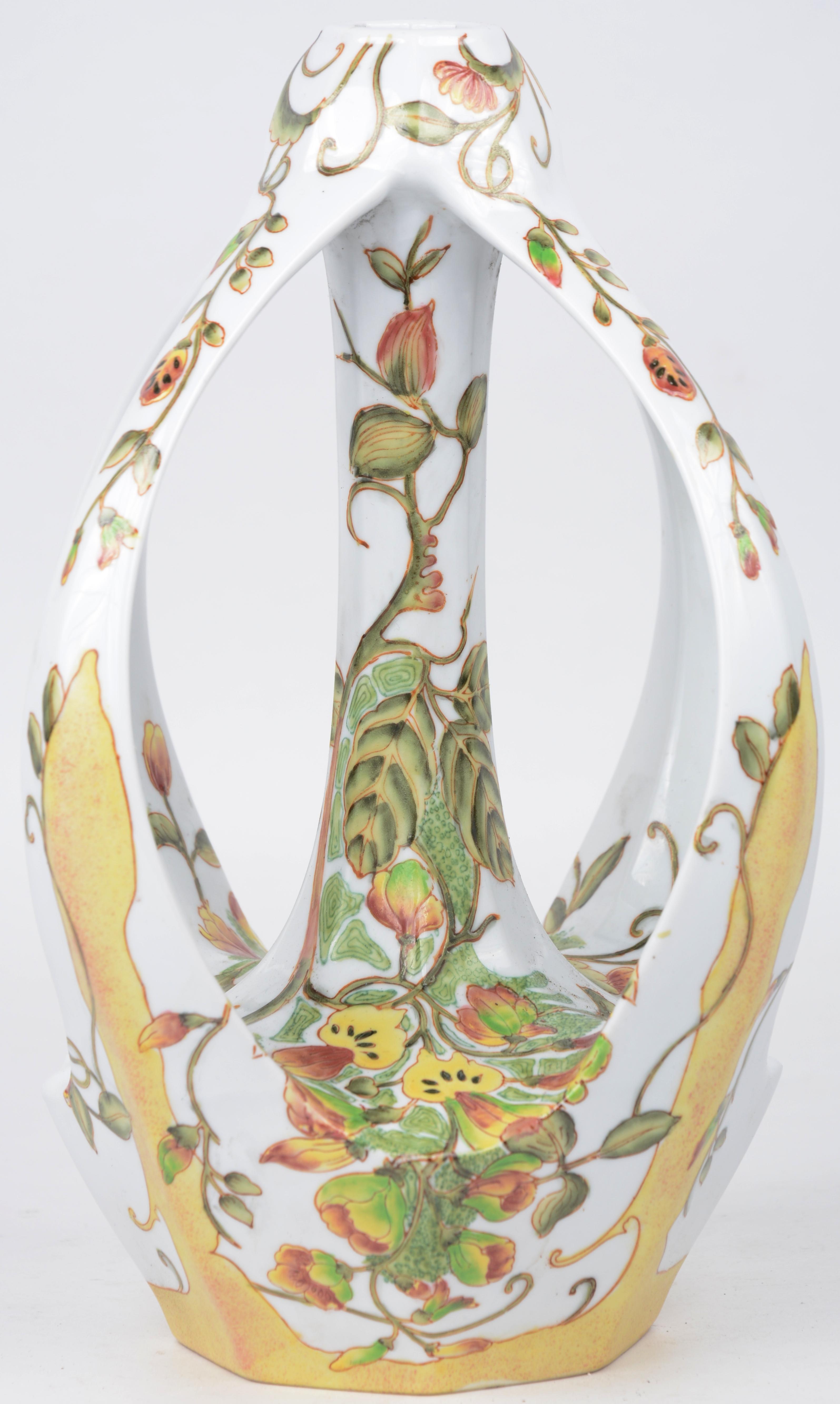 Een vaasje van meerkleurig porselein in art nouveaustijl met een decor van bladeren en bloemen. Naar een model van Colenbrander.