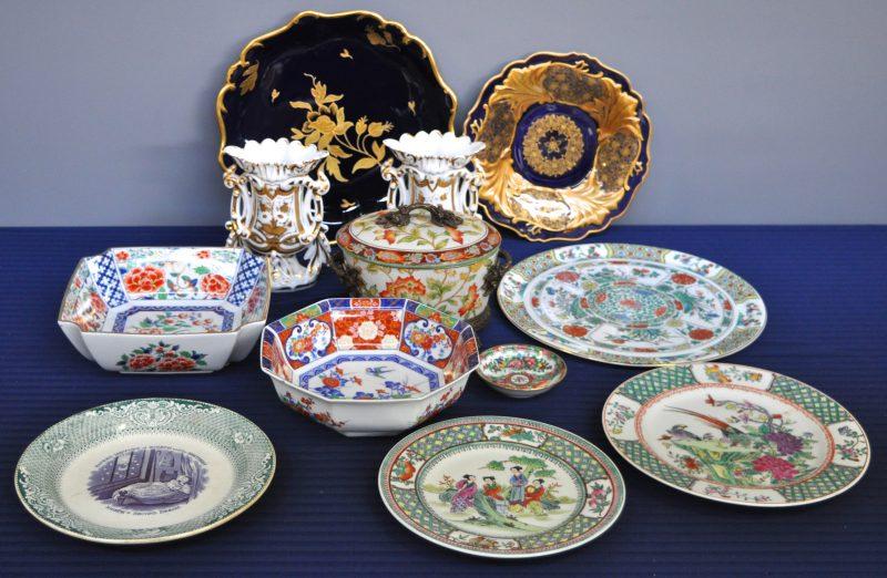 Een gevarieerd lot meerkleurig aardewerk en porselein met o.a. Imaricoupes, Brusselse hoornvaasjes,...