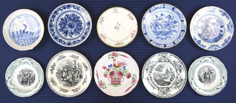 Een lot van tien borden van aardewerk en porselein, waaronder Straatsburgse, Delftse, Brusselse en Chinese. XIXe en XXe eeuw. Enkele randschilfers en één gerestaureerd.