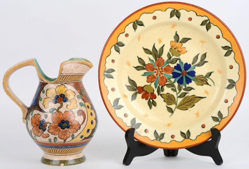 Een kruik (gemerkt Anette Royal) en een bord van meerkleurig aardewerk van Gouda.