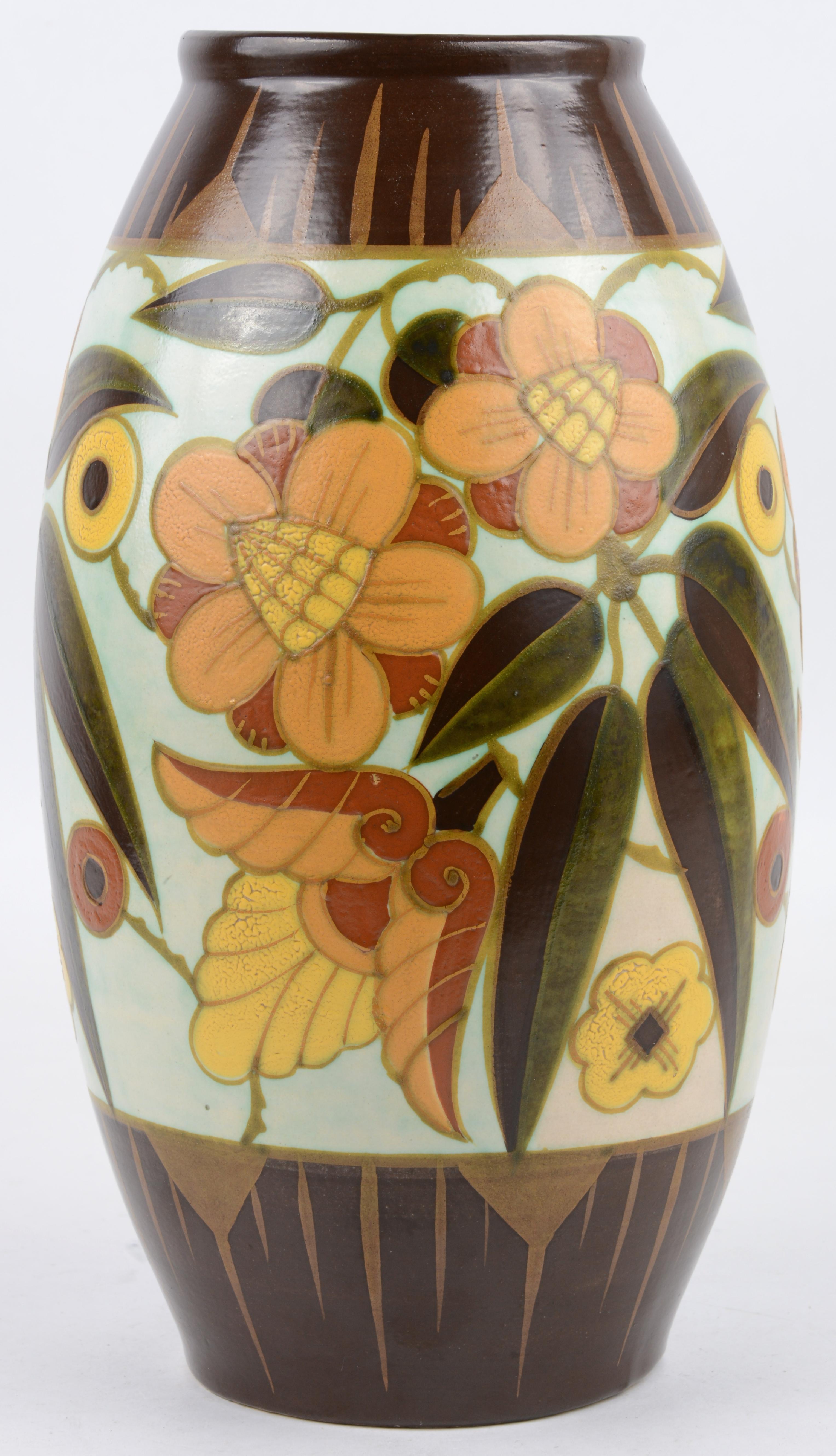 Een eironde vaas van plateelwerk met een art deco decor. Onderaan gemerkt en genummerd D 1847.