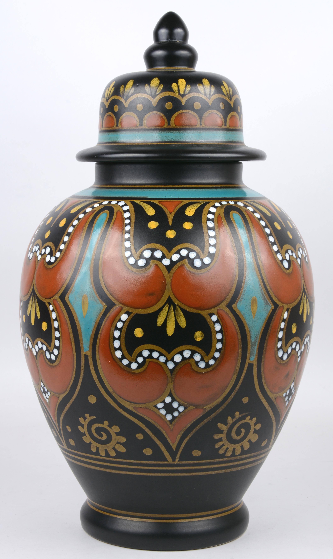 Een dekselvaas van Gouda-aardewerk met een handgeschilderd meerkleurig decor.