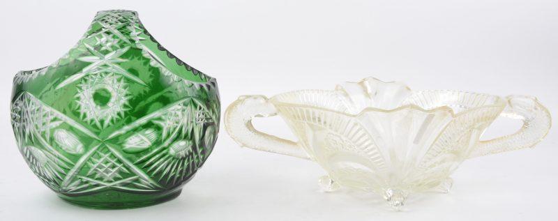 Een mandje van geslepen Boheems kristal, groen gekleurd in de massa. We voegen er een glazen milieu de table aan toe.