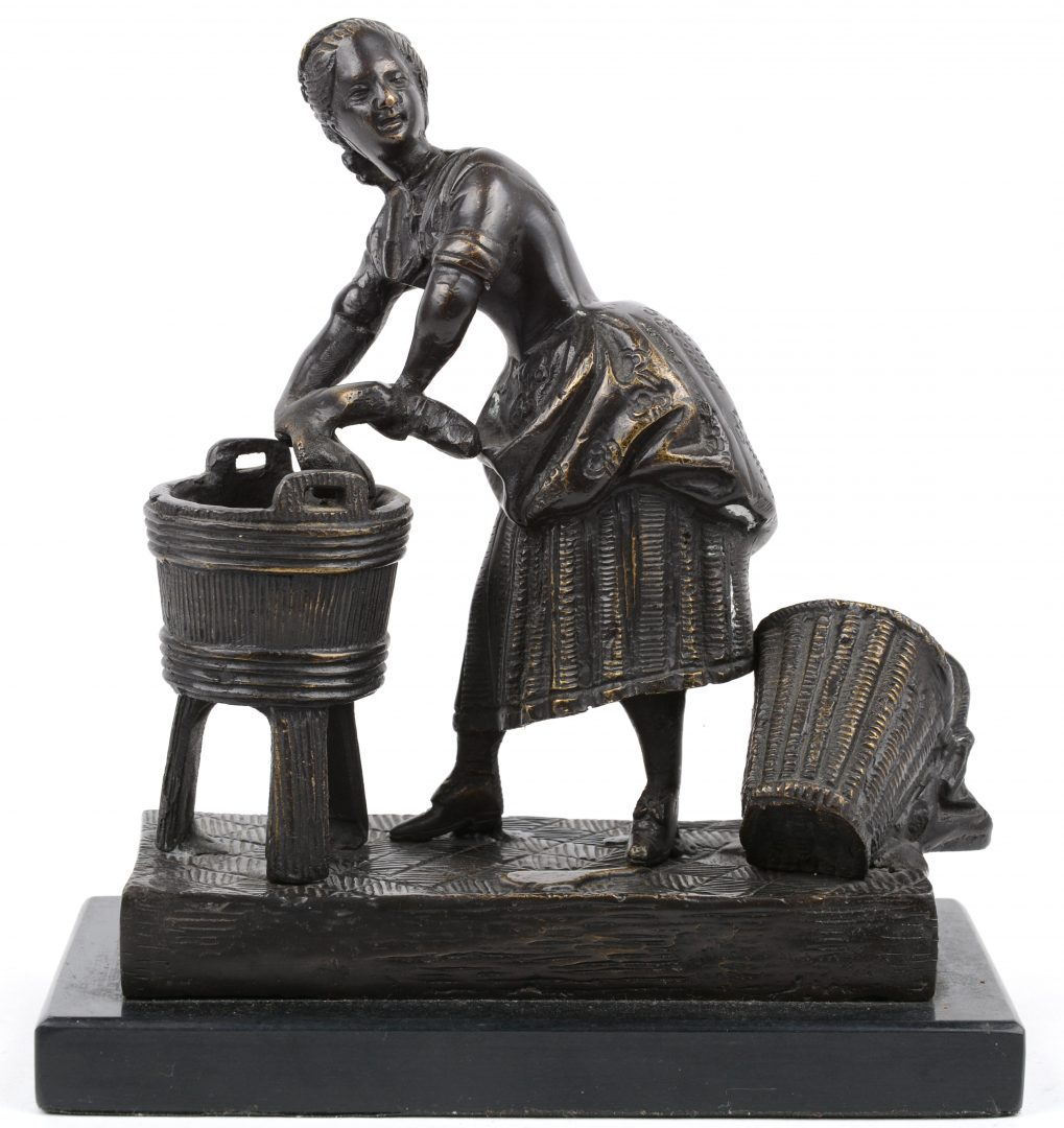 """""""De wasvrouw"""". Een beeldje van zwartgepatineerd brons."""