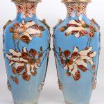 Een paar vazen van meerkleurig Satsuma-aardewerk met een decor van bloemen en met linten aan ringen in hoogreliëf. Onderaan gemerkt. Omstreeks 1900.