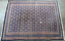 Reinigen Perzisch Tapijt : Een handgeknoopt perzisch tapijt van zijde gesigneerd te