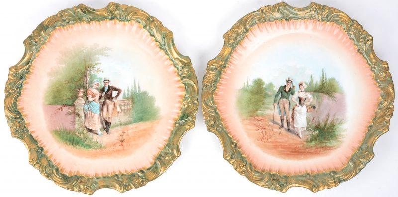 Een paar schotels met groene rocaillerand en met romantische voorstellingen op het plat. Einde XIXde eeuw.