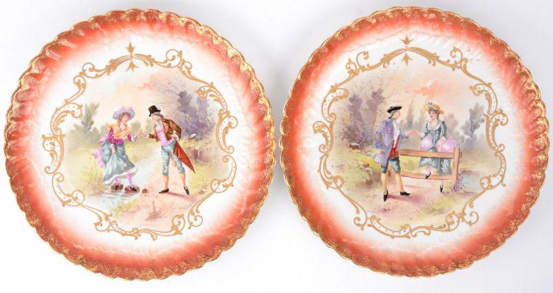 Een paar schotels met rode rocaillerand en met romantische voorstellingen op het plat. Einde XIXde eeuw. Achteraan gemerkt.