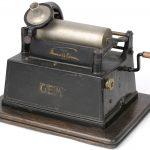 Een oude phonograaf met acht rollen en met orignele hoorn.