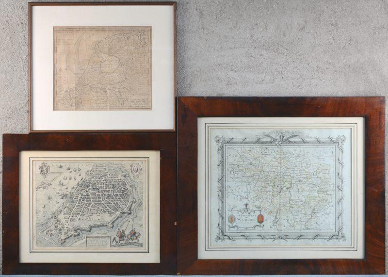 """""""Antverpia"""" (23 x 28 cm). """"VII Provinciën"""" (22 x 27 cm). """"Gouvernement de Wladimir"""" (31 x 37 cm). Drie oude kaarten."""