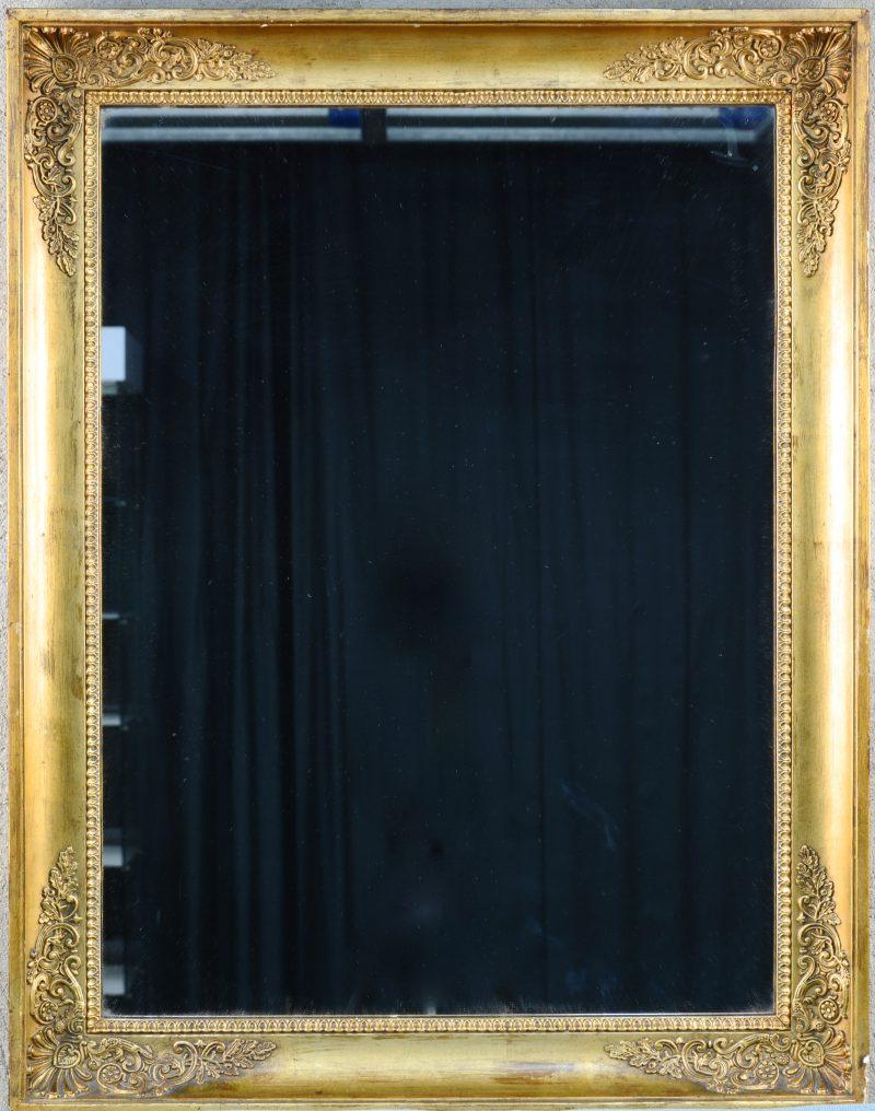 Een spiegel in vergulde empire lijst.