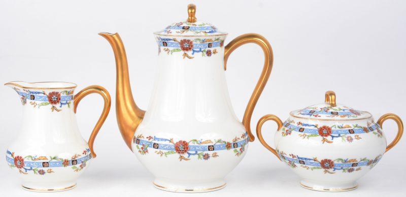 Een koffiepot, een suikerpot en een melkkannetje van meerkleurig porselein. Onderaan gemerkt.