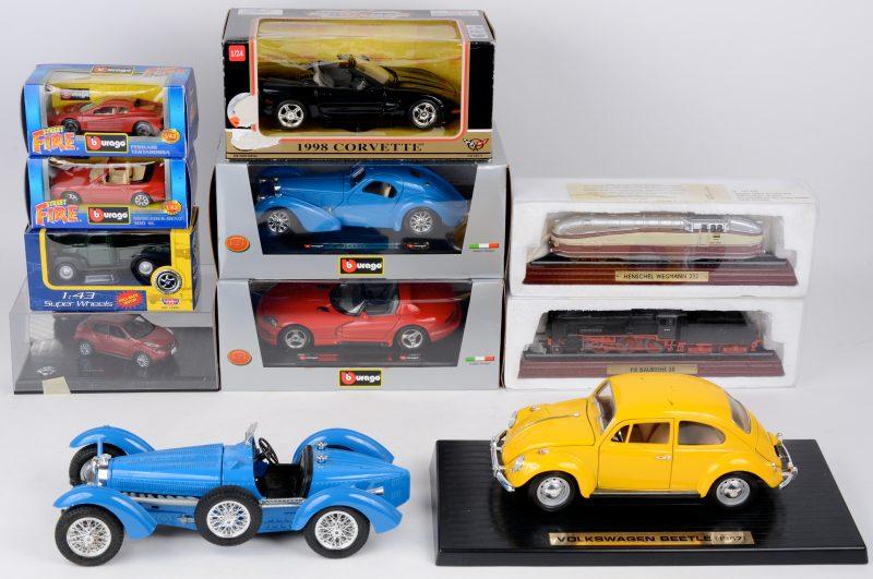 Een Lot schaalmodellenvoornamelijk Burago en motormax.Volkswagen Kever 1976, Chevrolet corvette 1998, Nissan, Dodge viper, Bugatti type 591934, Bugatti Atlantique, Mercedes 300 SL, Ferrari Testarossa, Plymouth truck, Locomotief Henchel Wegmann 232, Locomotief P8 Baureihe 38.