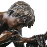 """""""De hofmakerij"""". Een classicistische bronzen groep op arduinen voetstuk. gesigneerd."""