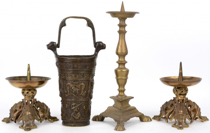Een lot brons en koper, bestaande uit een renaissancekandelaar, twee art deco-kandelaars en een bronzen wijwatervat.