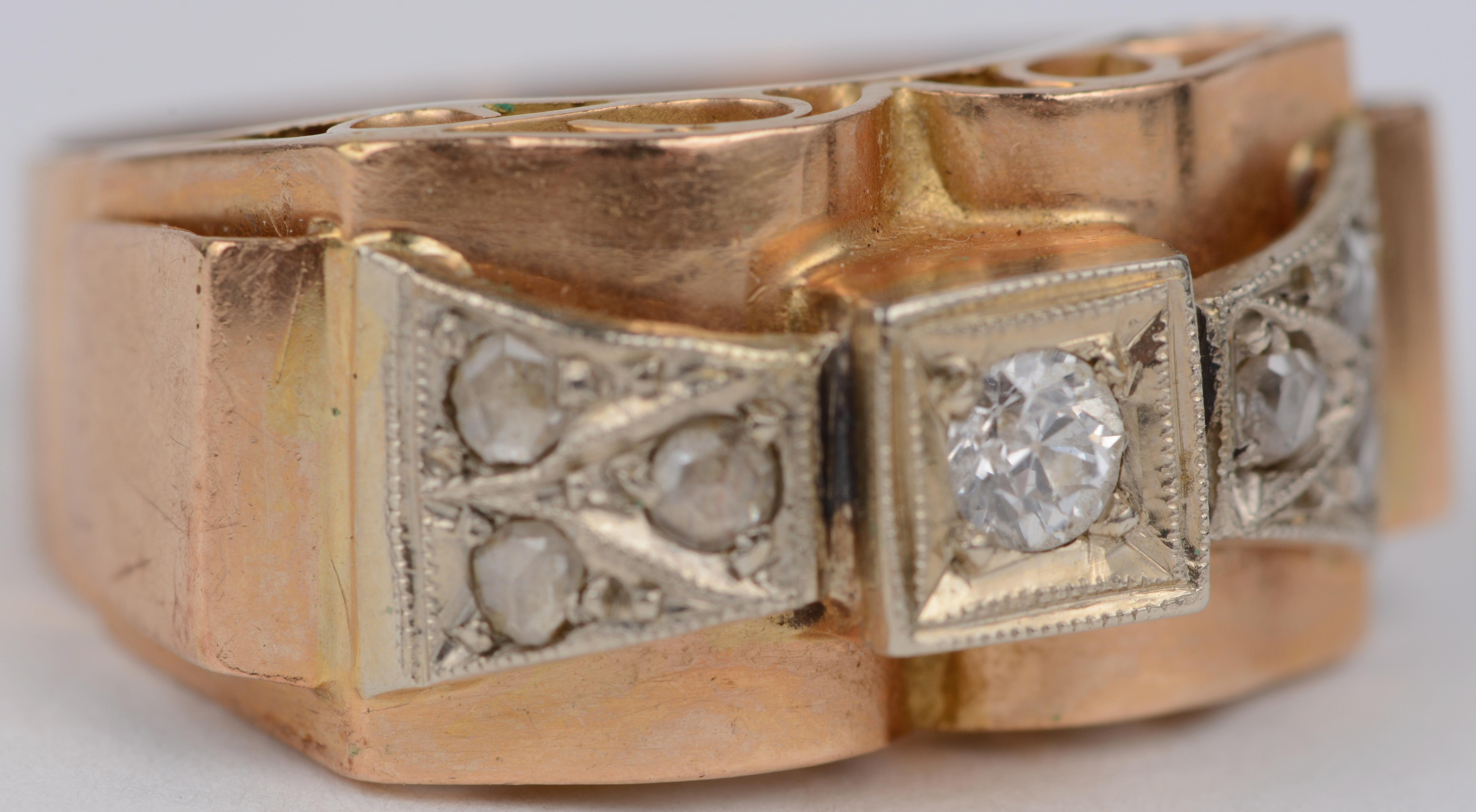 Een 18 karaats wit en geel gouden art deco ring bezet met een diamant oude slijp met een gezamenlijk gewicht van ± 0,20 ct.