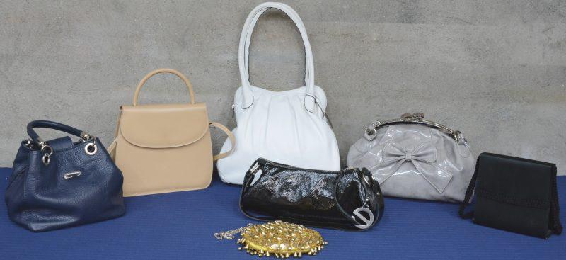 Een lot van zeven verschillende handtassen en avondtasjes.