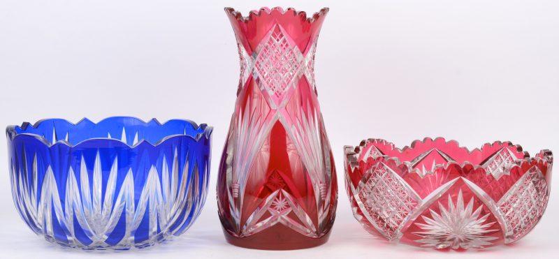 Een lot geslepen Boheems kristal, bestaande uit een blauwe en een rode coupe en een mauve vaas.