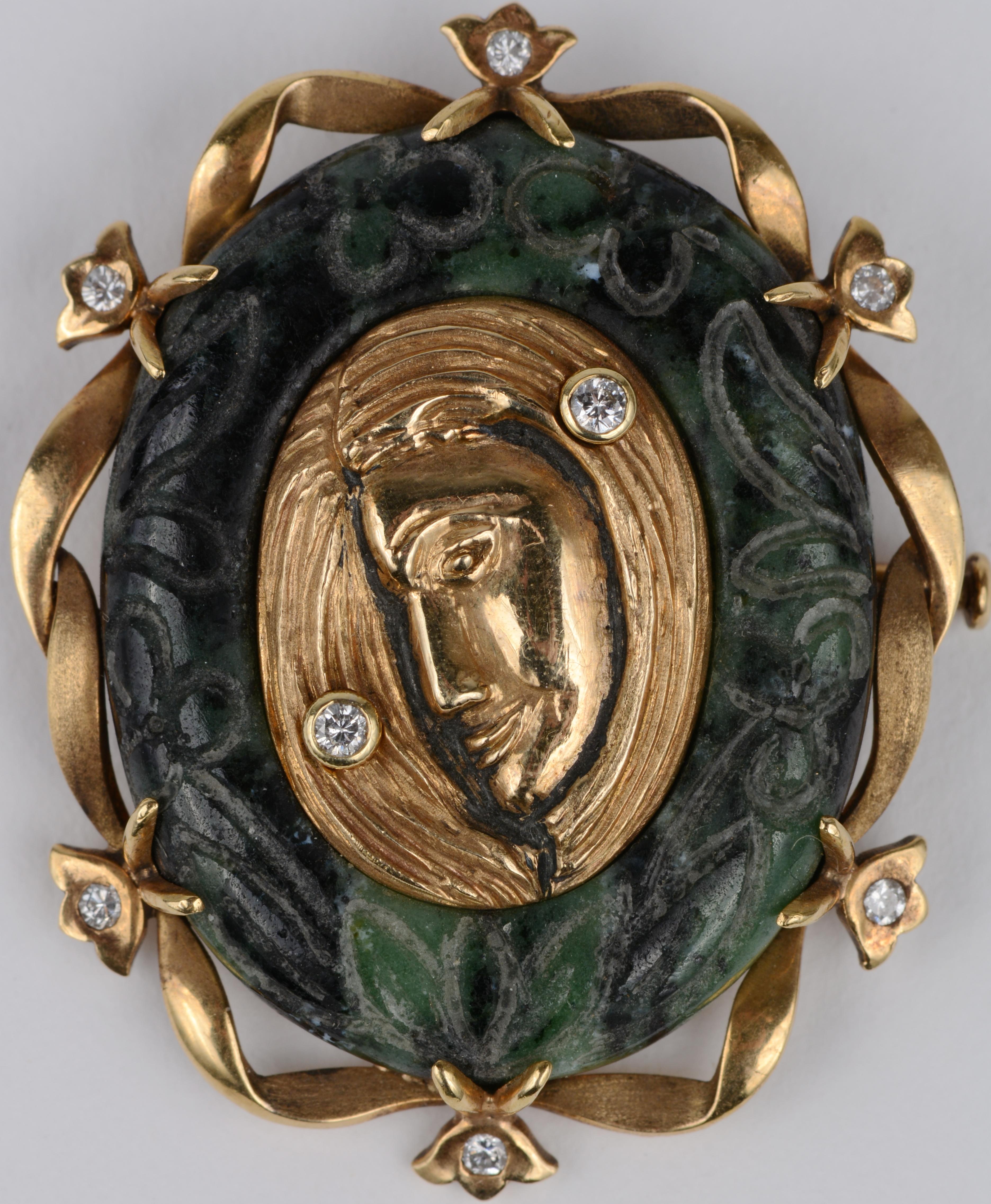 Een 18 karaats geel gouden broche of hanger bezet met diamanten met een gezamenlijk gewicht van ± 0,20 ct. gezet op jadeïet.