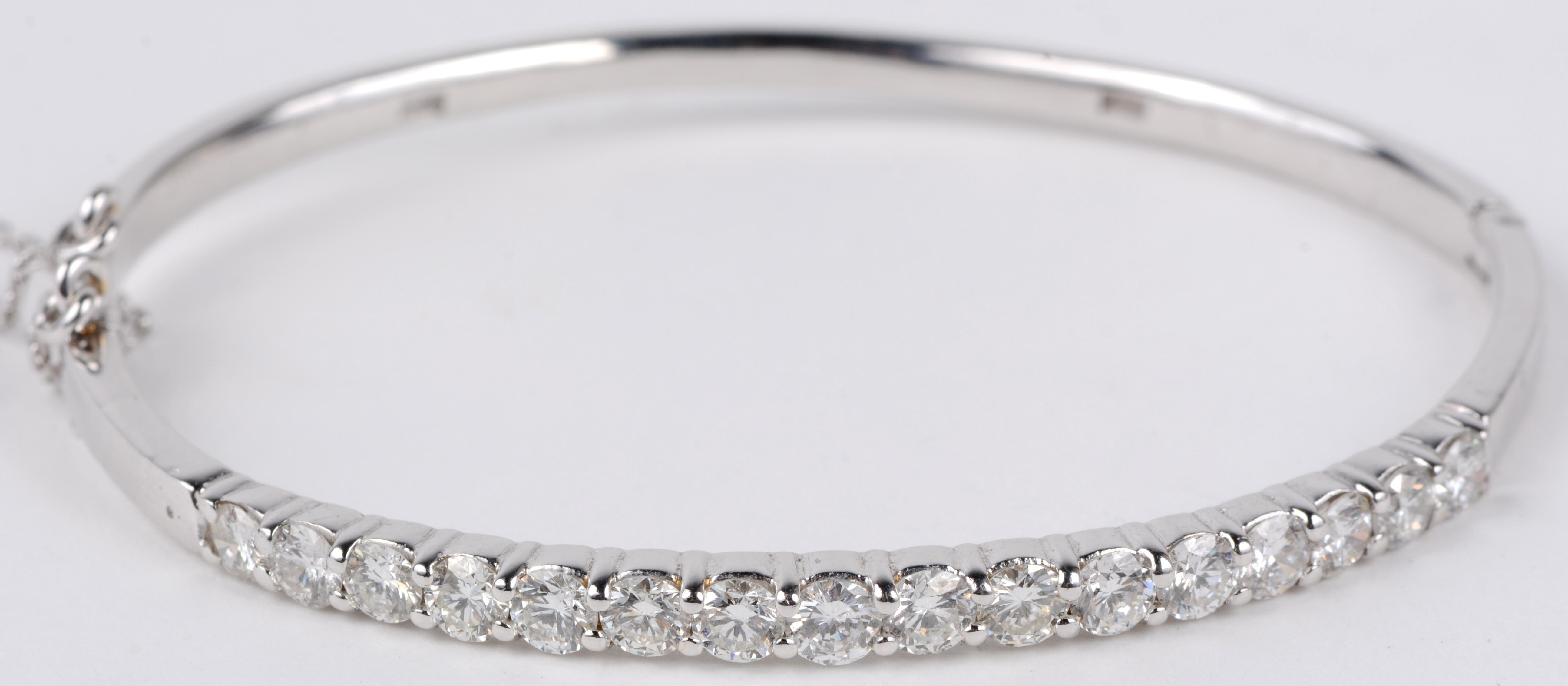 Een 18 karaats wit gouden slavenarmband bezet met diamanten met een gezamenlijk gewicht van ± 2,40 ct.
