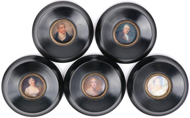 Vijf ronde miniatuurtjes met portretten van dames en heren uit de XIXde eeuw. In gedraaide zwarte perenhouten lijstjes.