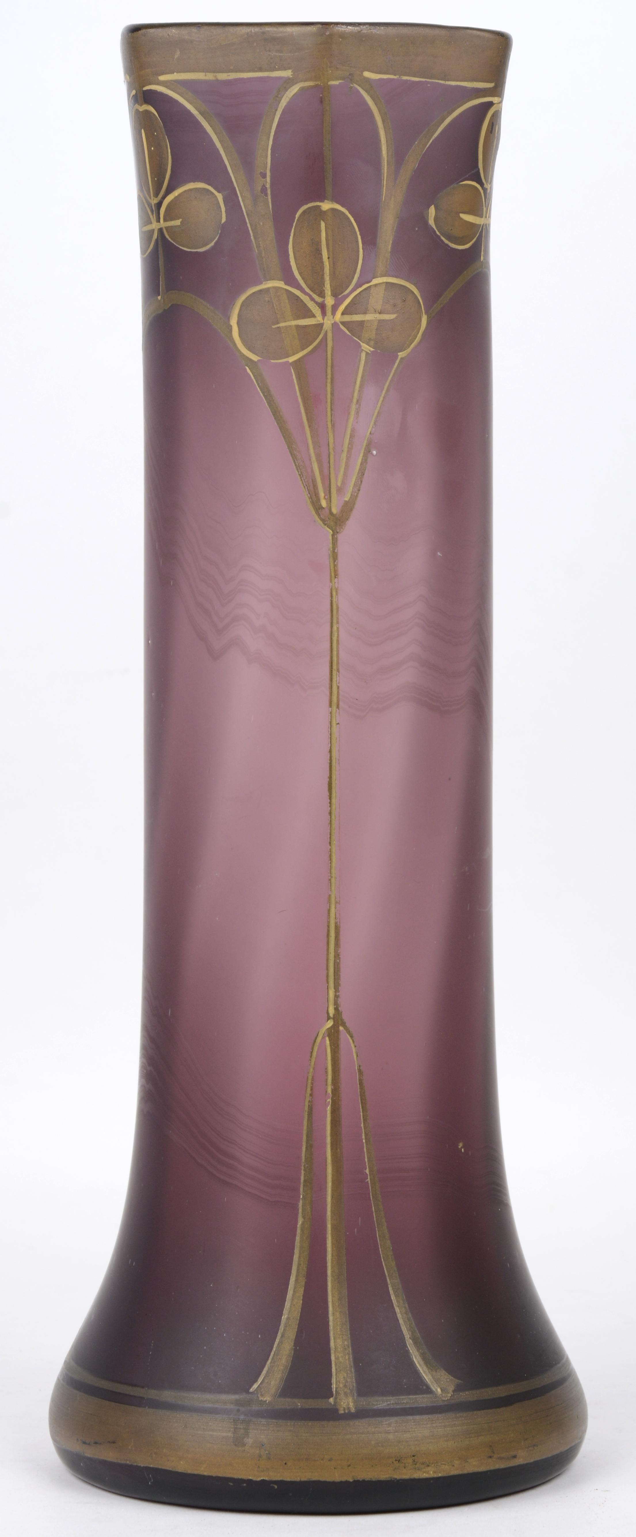 Een vaas mauve glas met een verguld art nouveau decor. Omstreeks 1900.