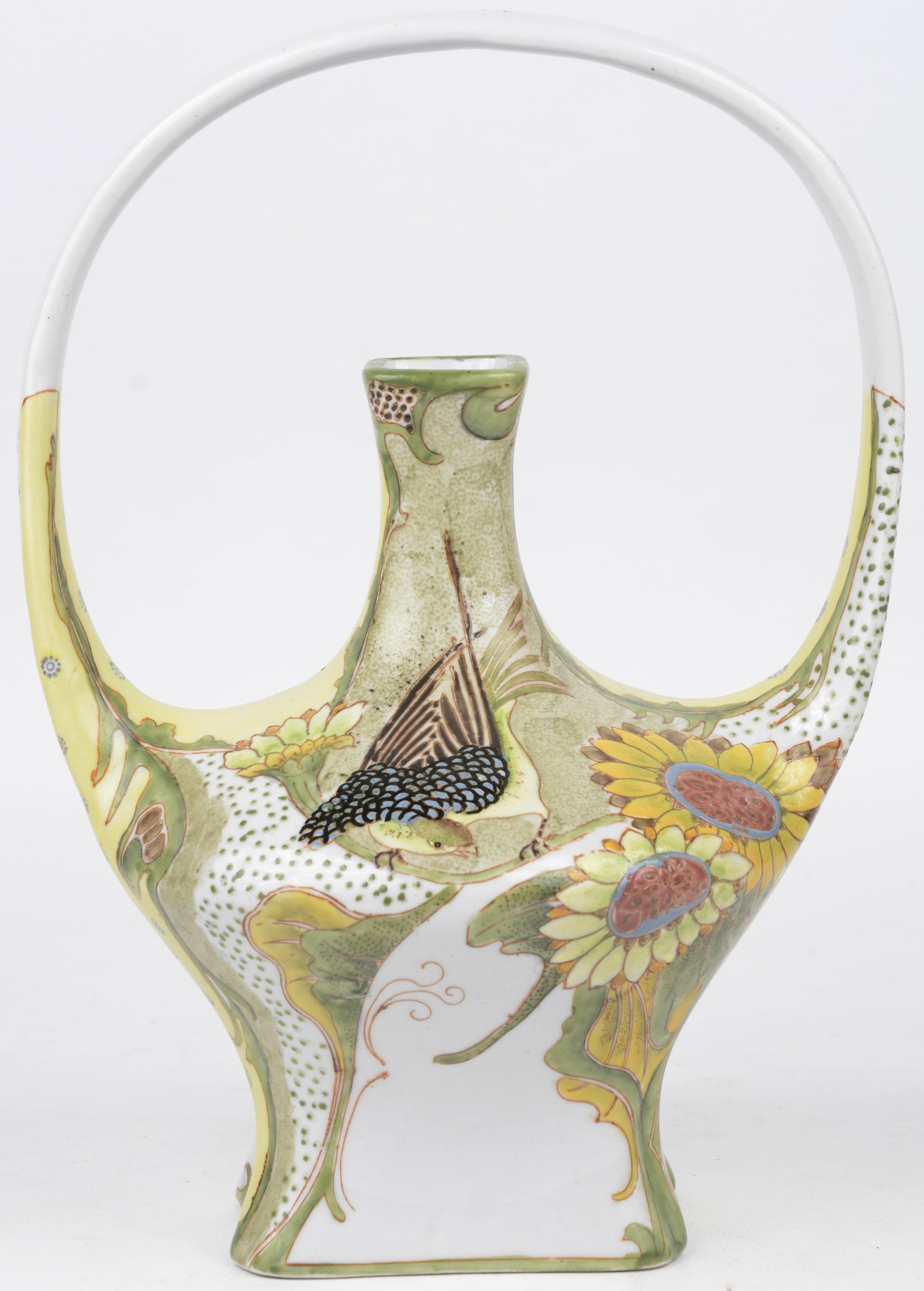 Een vaasje van meerkleurig porselein in art nouveaustijl met een decor van bloemen en vogels. Naar een model van Colenbrander.