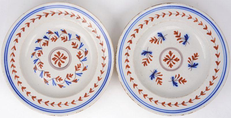 Een paar borden van meerkleurig Frans aardewerk. Omstreeks.