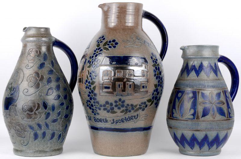 Drie vazen van zoutgeglazuurd steengoed. Duits werk begin XXste eeuw.