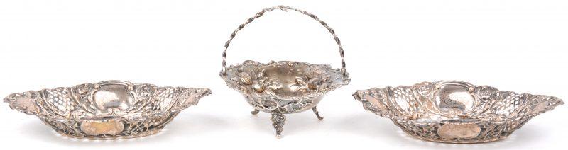 Een paar opengewerkte schaaltjes en een mandje met een gedreven decor van bloemen en vruchten. Sterling zilver, Engelse keuren.