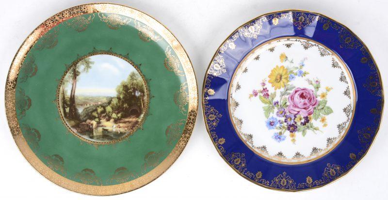 Twee diverse borden van polychroom porselein.