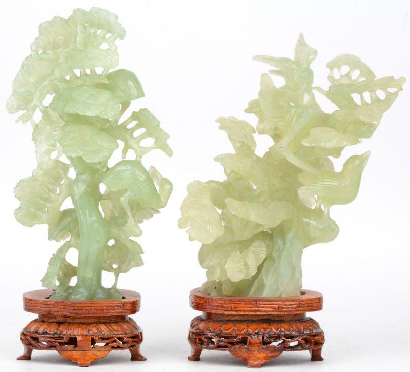 Een paar bloeiende struiken met vogels in gebeeldhouwd jade. Chinees werk.