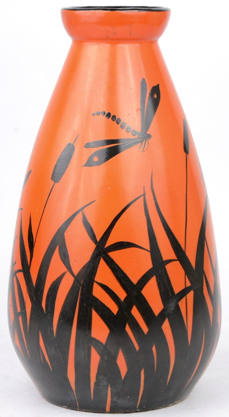 Een vintage vaas in oranje en zwart aardewerk. Onderaan gemerkt.