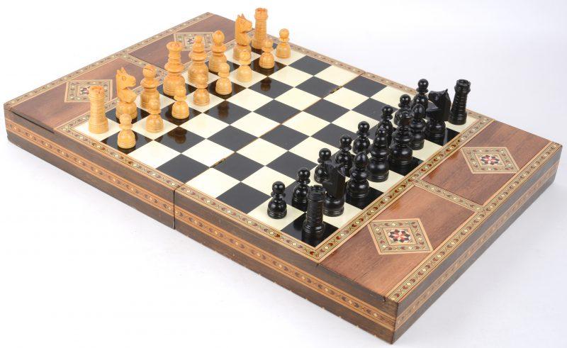 Een schaakspel in doos met inlegwerk.
