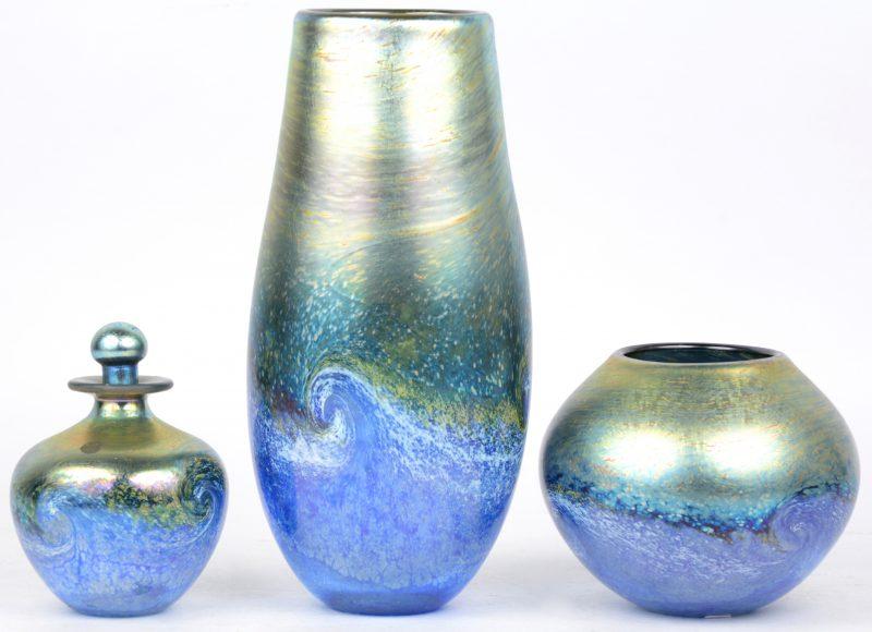 Drie vaasjes van iriserend glas. Onderaan gesigneerd en gedateerd.