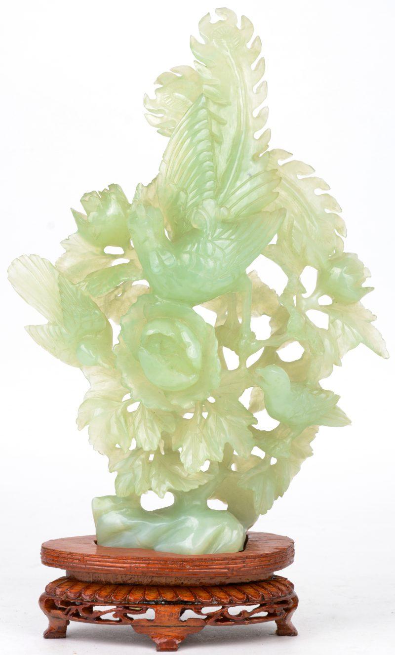 Groepje van gebeeldhouwd jade met vogels in bloeiende struiken. Chinees werk.