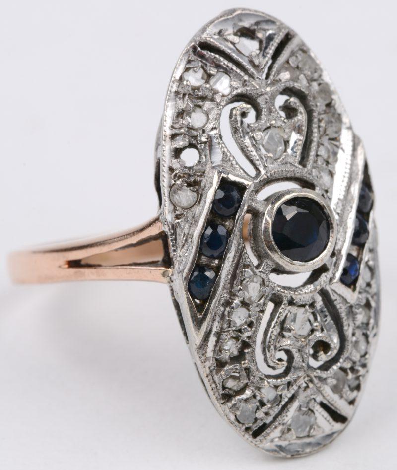 Een 14 karaats geel gouden art deco ring bezet met diamanten oude slijp met een gezamenlijk gewicht van ± 0,22 ct. gezet in zilver en saffieren met een gezamenlijk gewicht van ± 0,22 ct.