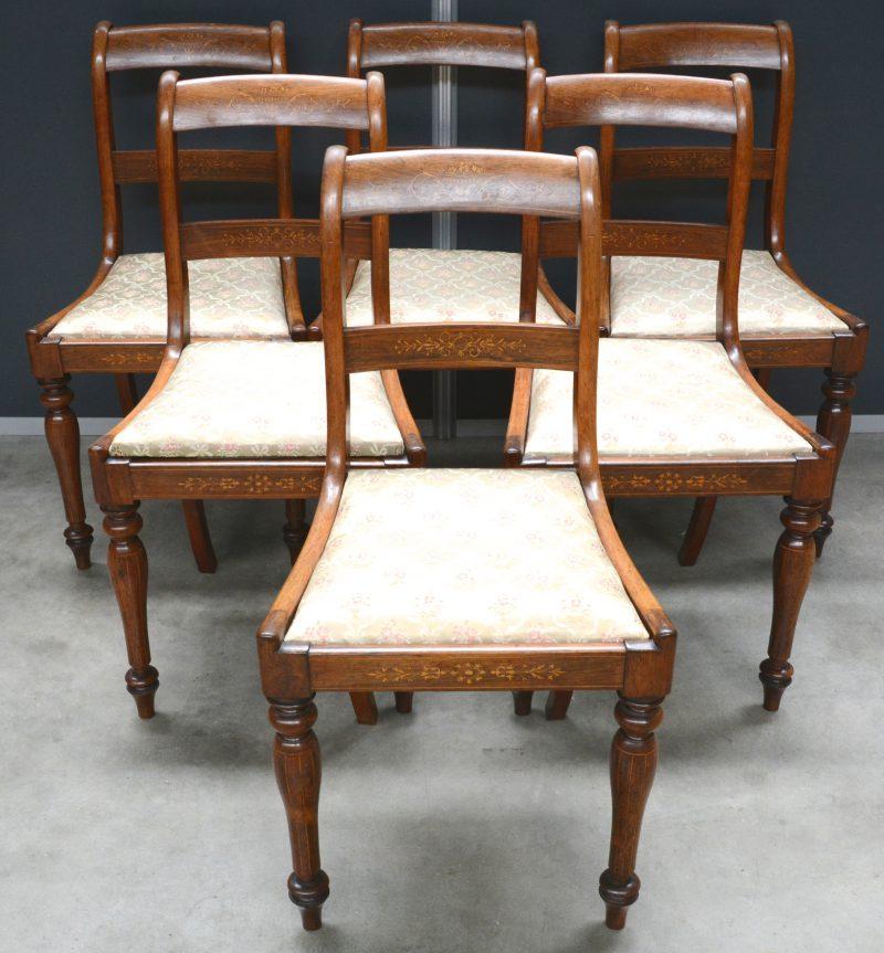Een serie van zes Engelse stoelen van mahoniehout, versierd met inlegwerk.